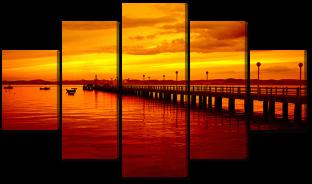 Пирс в море на закате