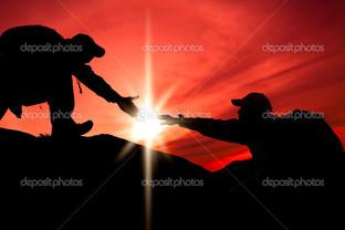 силуэт руки двух альпинистов