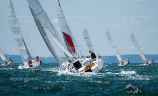 группа из яхт парусный спорт