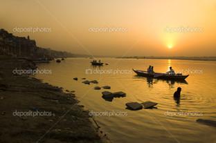 закат на побережье Варанаси в Индии