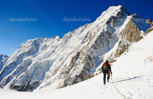 альпинист идущий горы