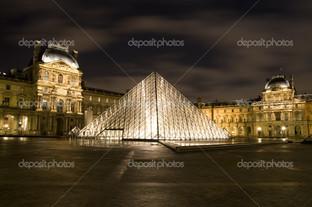 Лувр ночью