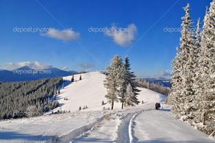 дорога на склоне холма