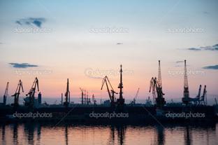 морской порт в ночное время