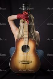 гитара и девушка красные перчатки
