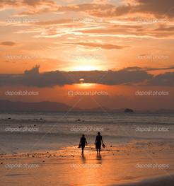 двое на пляже и закат