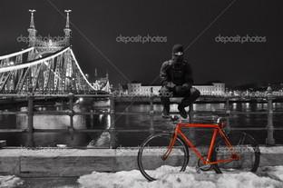велосипедист и красный велосипед Будапешт