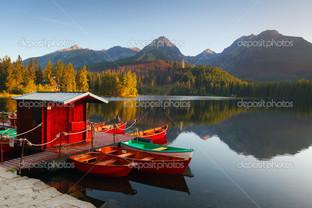 красный причал для лодок