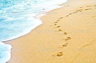 следы на песке пена