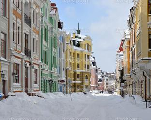 разноцветные здания в Киеве зима
