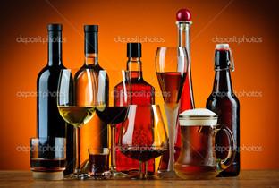 бутылки и стаканы спирт напитки