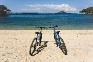 два велосипеда на побережье