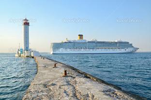 Круизный корабль маяк