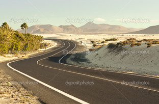 Дорога в пустыне белый песок
