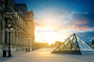 Лувр музей Париж на закате