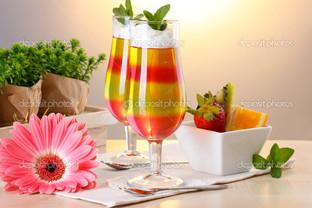 фрукты на столе и бокалы