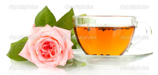 чашка чая розовая роза на белом