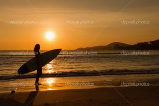 серфинг на пляже в закат