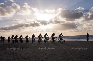 вело-байкеры участие в гонках на пляже