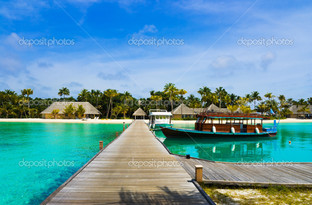 лодка у причала тропическом острове