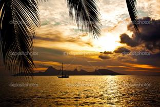 закат над Муреа остров в Таити