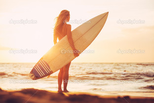 серфер девушка на пляже на закате