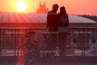 пара молодых и велосипеды