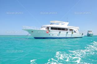 белая яхта в море