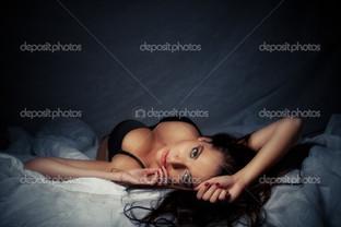 девушка лежит брюнетка