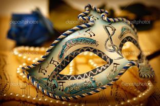 маска на золотом
