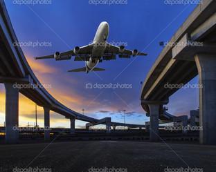 самолет над транспортным мостом