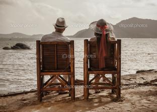 пара сидит на пляже