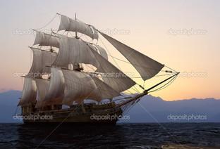 на закате парусный корабль