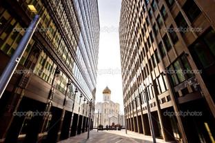 церковь между двумя современных небоскребов