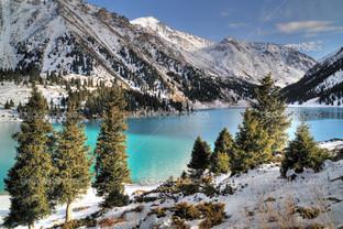 озеро у подножья вершин