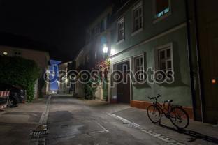 ночью в городе улица велосипед