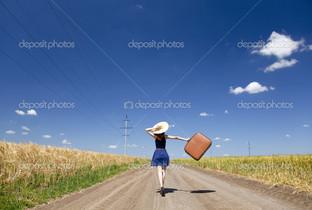 девушка с чемоданом дорога