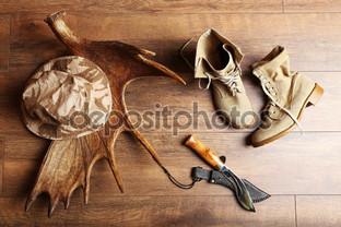 охота снаряжение на деревянном фоне