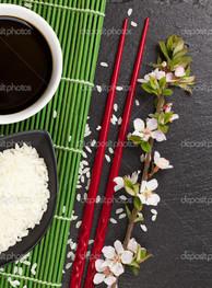 японские суши с палочками
