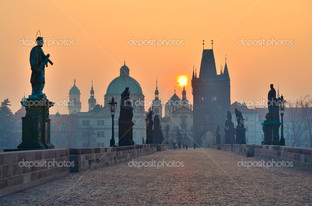 рассвет над Прагой взгляд с Чарльз Бридж