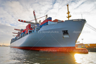 грузовой контейнерный корабль