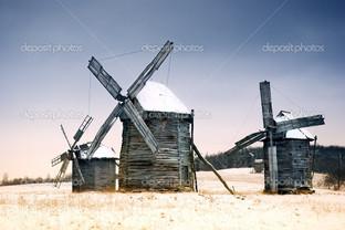 три старые деревянные мельницы