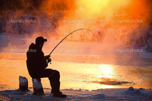 рыбак на вечерней рыбалке
