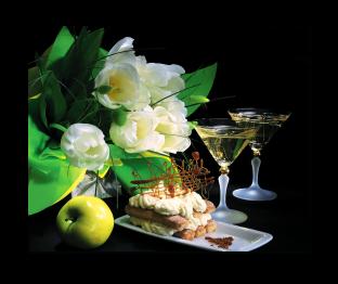 Цветы и бокалы с вином