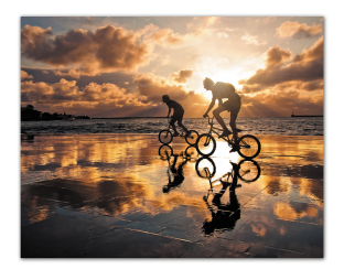 Велосипедисты на закате