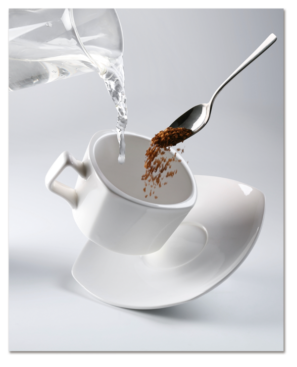 Белая чашка кофе и ложка