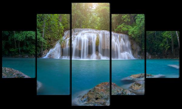 Красивый водопад в зеленом лесу
