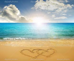 нарисованные сердца на пляже