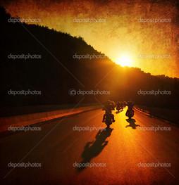 на закате мотоцыклисты