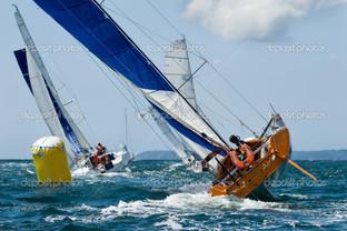 яхта в гонке